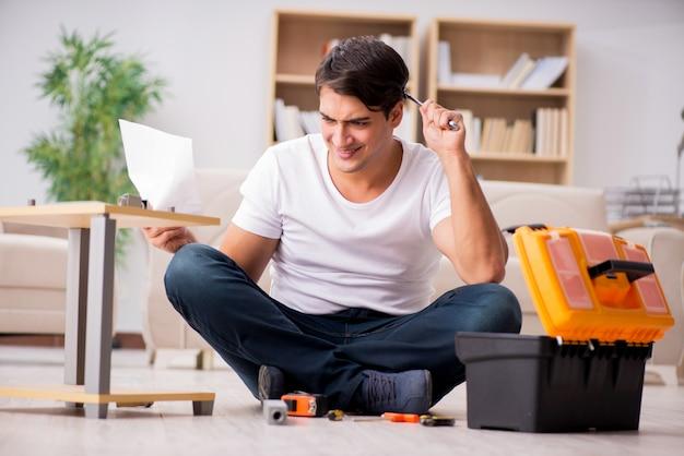 Człowiek montażu półki w domu