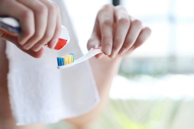 Człowiek myje zęby