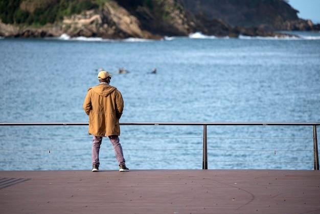 Człowiek myśli, patrząc na morze