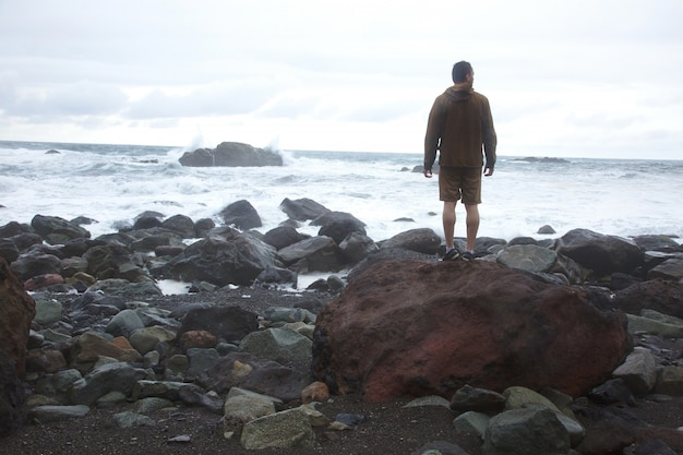 Człowiek na brzegu morza