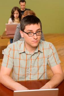 Człowiek na czele rzędu użytkowników laptopów