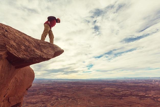Człowiek na czystym klifie