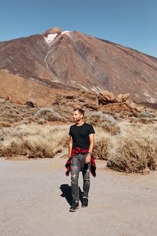 Człowiek na górach i wulkanie.