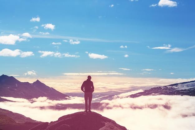 Człowiek na klifie gór. scena wędrówki.
