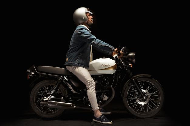 Człowiek na motocykl racer stylu motocykla