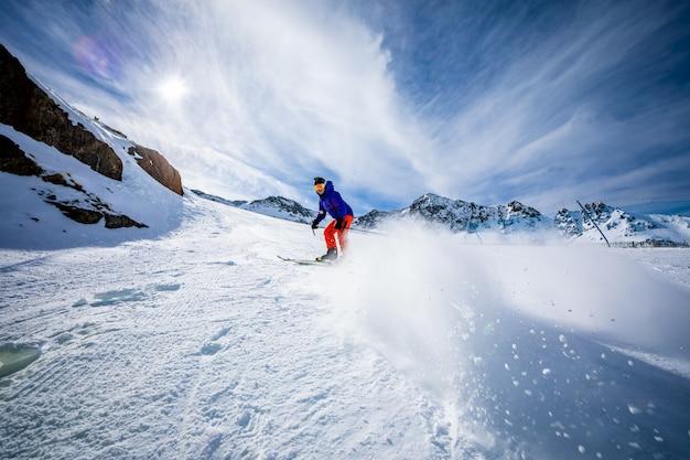 Człowiek na nartach na stokach narciarskich