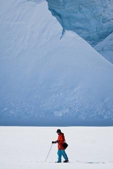 Człowiek na nartach na stoku narciarskim