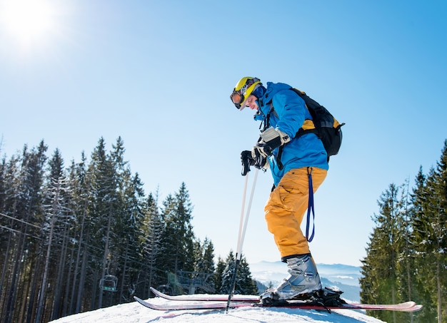 Człowiek na nartach w górach