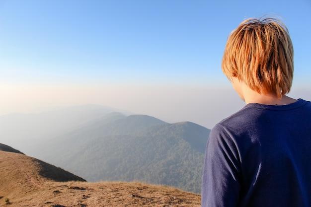 Człowiek na plecach patrząc na dolinę