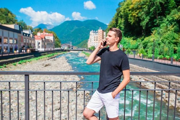 Człowiek na skarpie górskiej rzeki w europejskim mieście.