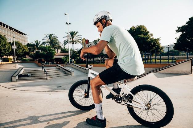 Człowiek na swoim rowerze bmx z dystansu