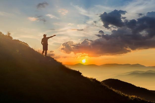 Człowiek na szczycie góry.
