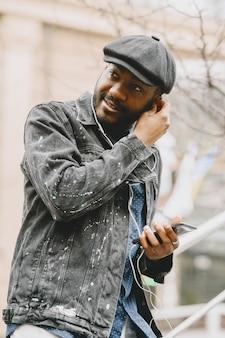 Człowiek na ulicy. pomysł na biznes. facet z telefonem komórkowym.