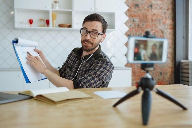 Człowiek nagrywający kurs online z domu selfisolation