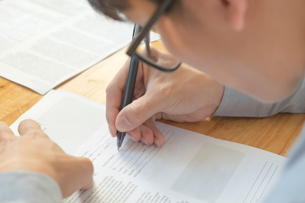 Człowiek napisać w formularzu zgłoszeniowym