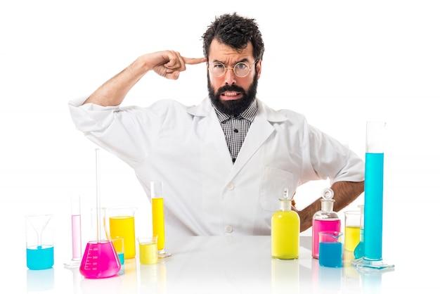 Człowiek naukowiec czyniący szalony gest