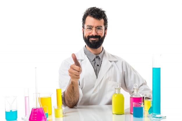 Człowiek naukowiec z kciukiem do góry