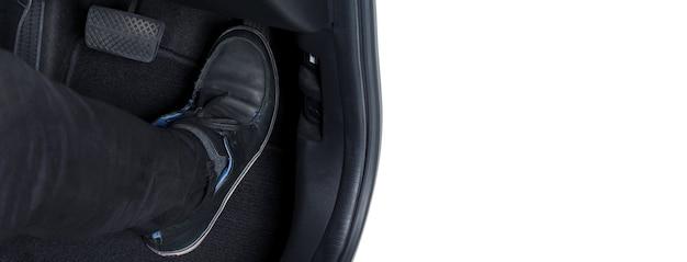 Człowiek noga i pedał przyspieszenia i hamulca w samochodzie lub pojeździe i kopiuj przestrzeń w kolorze czarnym;