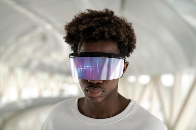 Człowiek nosi inteligentne okulary futurystycznej technologii