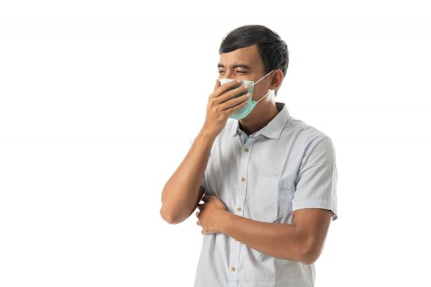 Człowiek nosi maski na twarz i kaszel