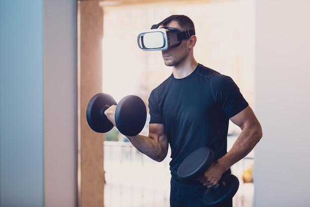 Człowiek nosi okulary wirtualnej rzeczywistości z hantlami