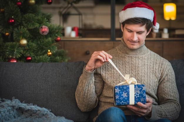 Człowiek nosi sweter otwarcia prezent