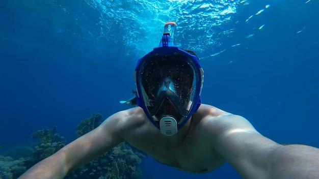 Człowiek nurkujący z rurką w morzu