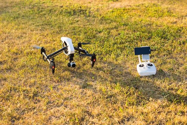 Człowiek obsługujący drona latający lub unoszący się przez pilota w naturze
