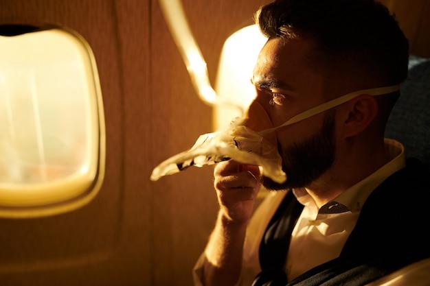 Człowiek oddychający tlenem w samolocie