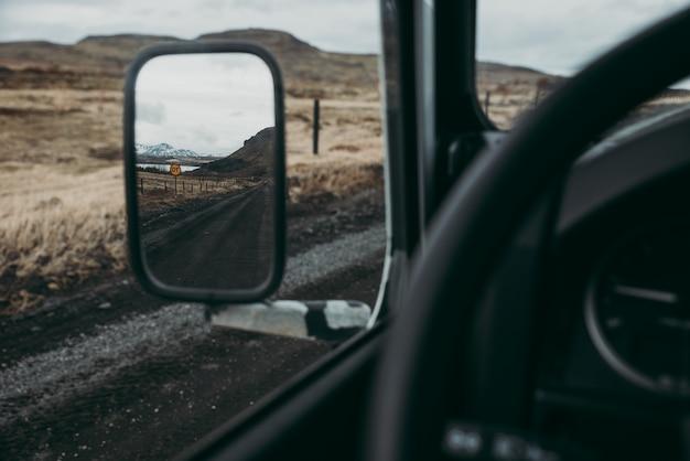 Człowiek odkrywania islandii. jadąc przez ziemie