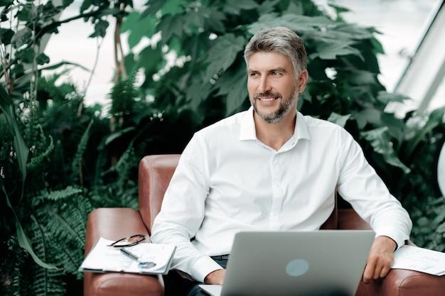 Człowiek odnoszący sukcesy w biznesie pracujący z dokumentami finansowymi