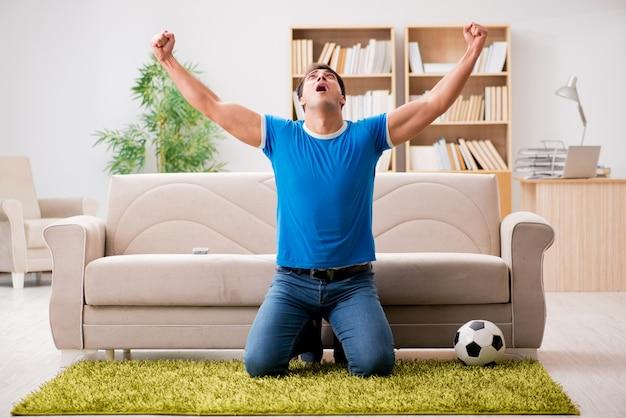Człowiek ogląda piłkę nożną w domu
