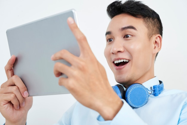 Człowiek ogląda wspaniałe wieści na komputerze typu tablet