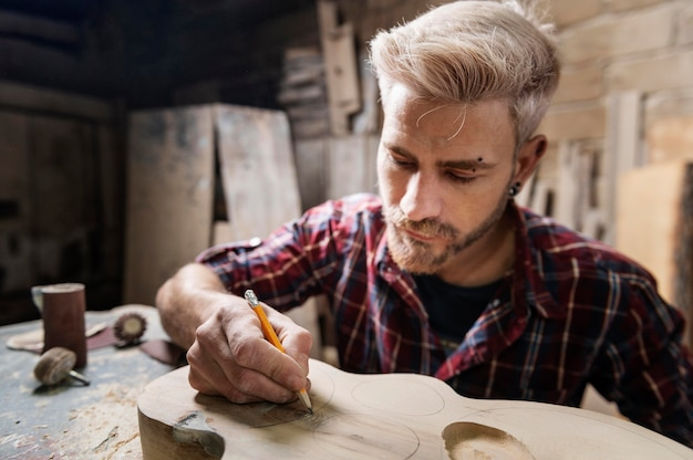 Człowiek, opierając się na drewnie