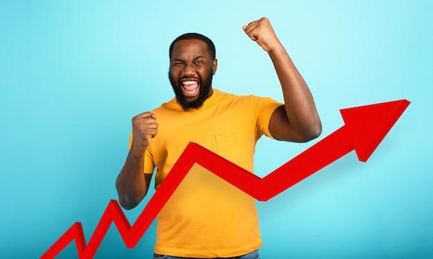 Człowiek osiąga sukces z pozytywnym trendem statystyki.