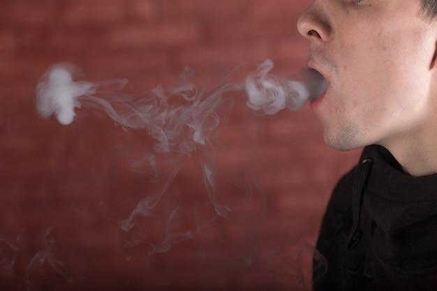 Człowiek palący fajkę