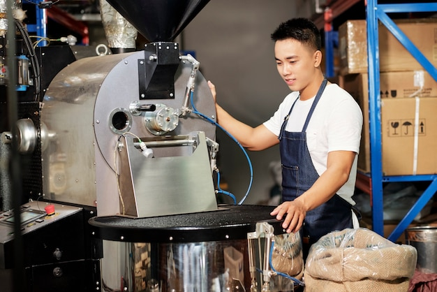 Człowiek palący kawę w manufakturze