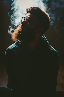 Człowiek palący konopie