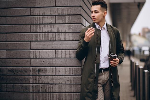 Człowiek palenia i picia kawy