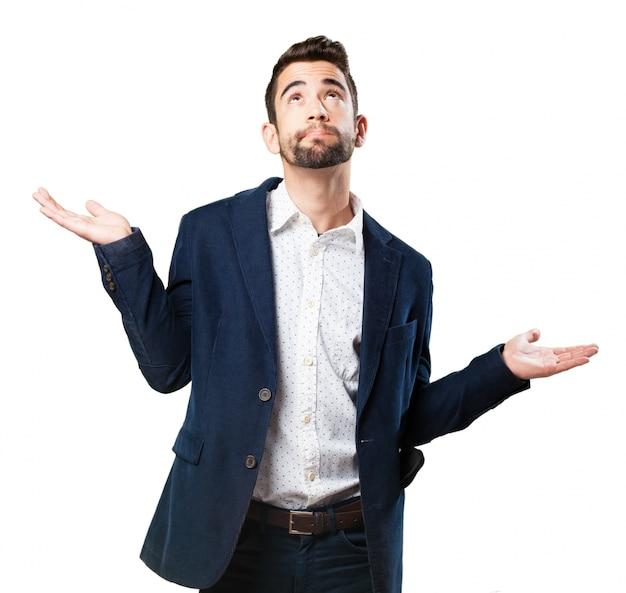 Człowiek patrząc na niebo z uniesionymi dłońmi