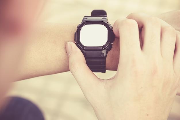 Człowiek patrzy smartwatch