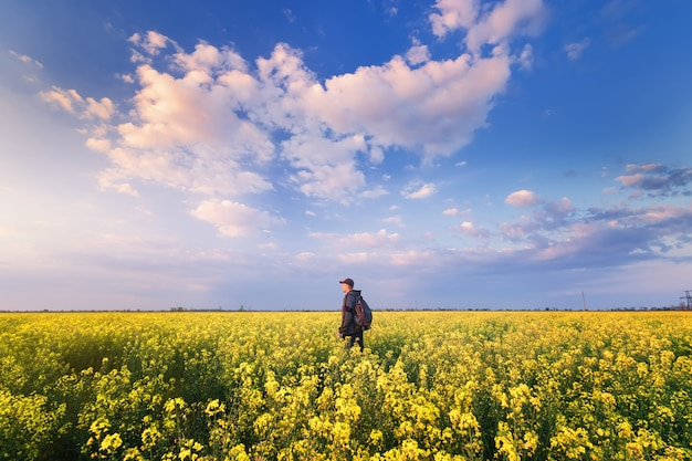 Człowiek patrzy w niebo / jasny wiosenny krajobraz