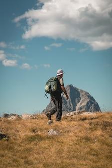 Człowiek piesze wycieczki w góry latem