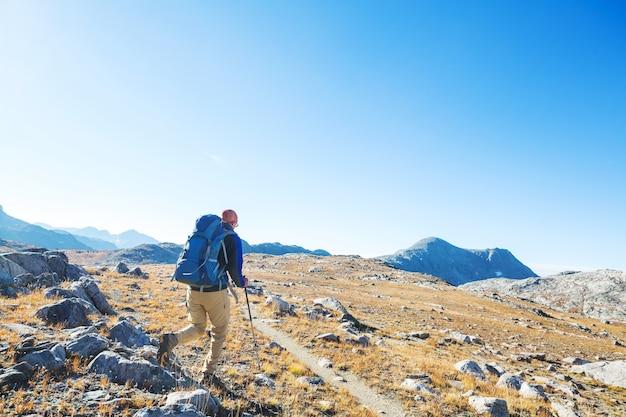 Człowiek piesze wycieczki w góry