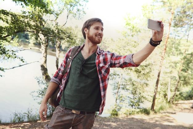 Człowiek piesze wycieczki w lesie