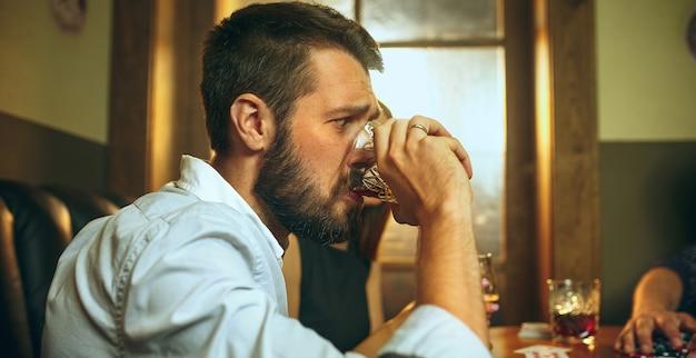 Człowiek pije alkohol
