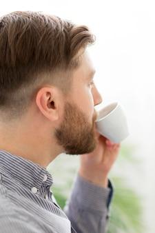 Człowiek pije kawę