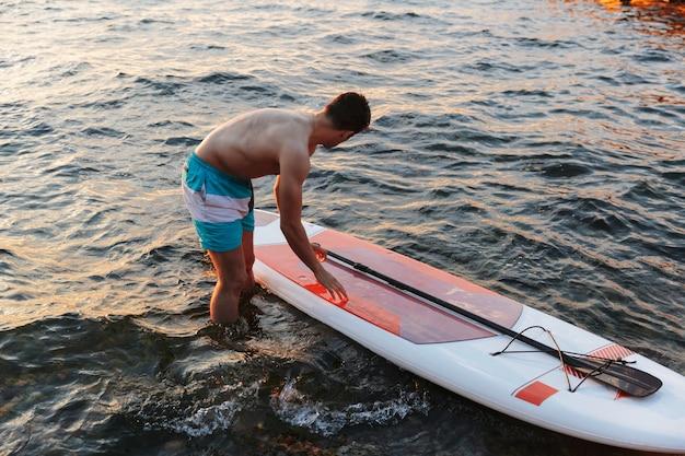 Człowiek, pływanie kajakiem po morzu jeziora.