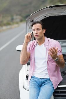Człowiek po awarii samochodu