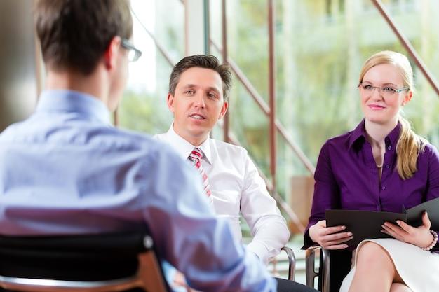 Człowiek po rozmowie z menedżerem i partnerem pracy pracy
